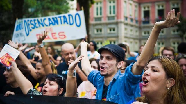 erca-de-300-professores-municipais-fazem-uma-manifestacao-na-manha-desta-quarta-feira-14-no-largo-do-machado-na-zona-sul-do-rio-de-janeiro-1376491380264_1920x1080